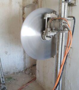 שבירה או פירוק קיר בטון